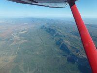 Blick aus dem reddoctors-Flugzeug hinunter auf eine afrikanische Landschaft