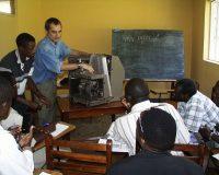 Interessierte Studenten lassen sich die Funktionsweise eines medizinischen Gerätes erklären