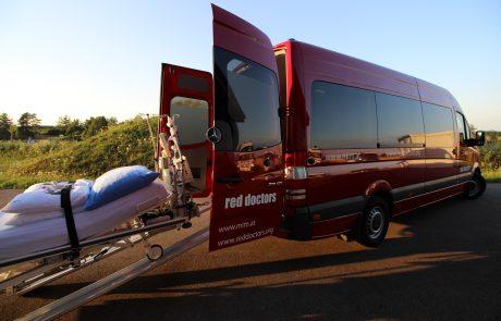 Ein Transportbett wird in einen MIM-Einsatzwagen geladen